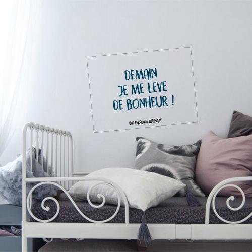 Chambre à coucher décorée avec un sticker citation demain je me lève de bonheur