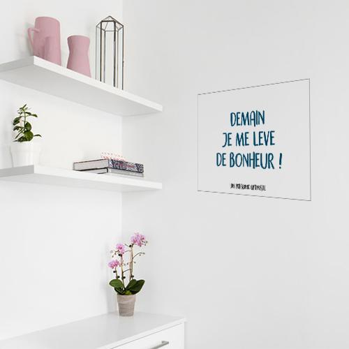 Sticker autocollant citation demain je me lève de bonheur collé près de l'étagère d'une chambre