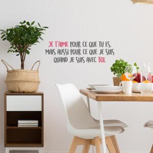 Salle à manger décorée avec un sticker adhésif citation Je t'aime pour ce que tu es