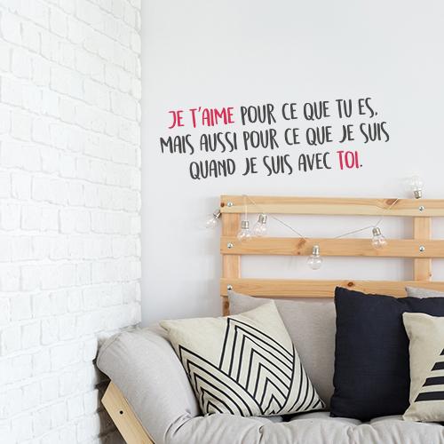 Pièce détente avec un sticker citation Je t'aime pour ce que tu es collé au mur