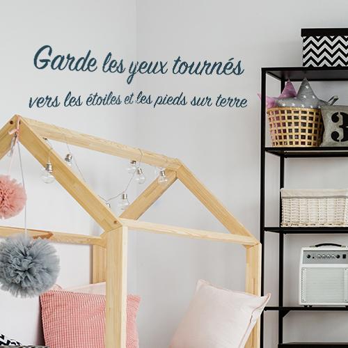 Pièce à vivre cozy décorée avec un sticker déco citation garde les yeux tournés vers les étoiles