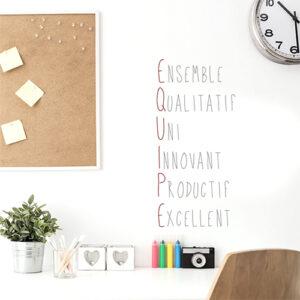 Bureau pro décoré avec ce sticker citation EQUIPE