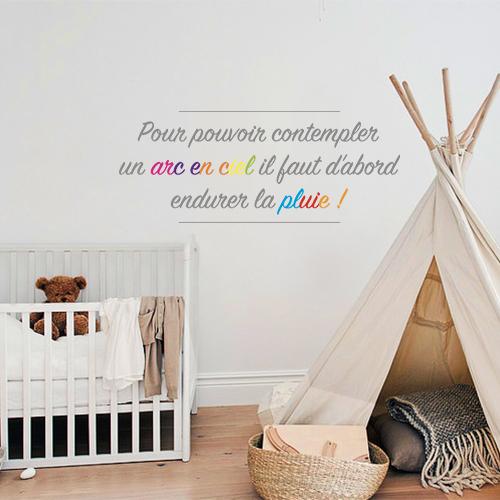 Sticker adhésif Arc en ciel posé sur un mur de chambre d'enfant avec un lit et un tipi