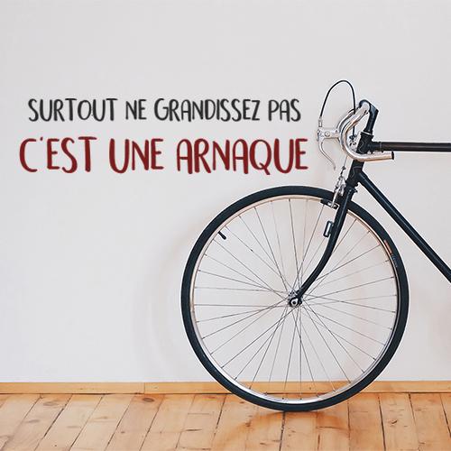 Sticker adhésif surtout ne grandissez pas posé sur un mur avec un vélo