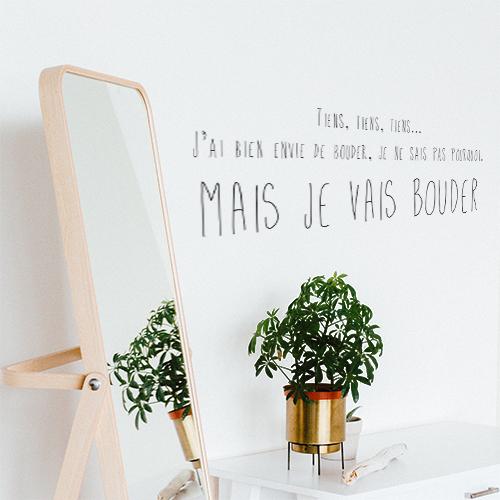 Sticker adhésif Je vais bouder posé sur un mur avec un miroir et une plante