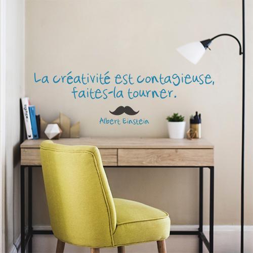 Sticker mural La créativité posé au dessus d'un bureau