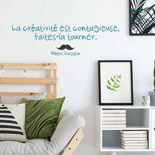 Sticker autocollant La créativité posé au dessus d'une tête de lit en bois