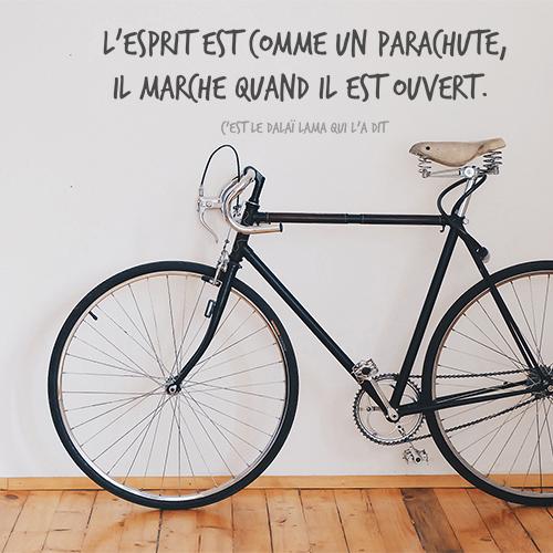 Sticker autocollant posé sur le mur L'esprit avec un vélo
