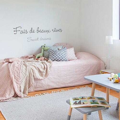 Sticker adhésif Fais de beaux rêves au dessus d'un lit dans une chambre d'enfant