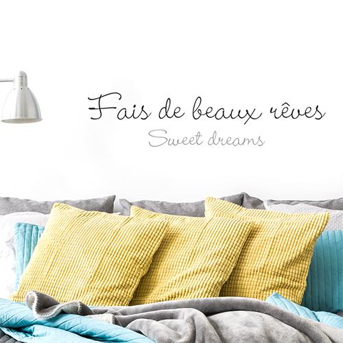 Sticker autocollant Fais de beaux rêves posé au dessus d'un canapé avec des coussins jaunes