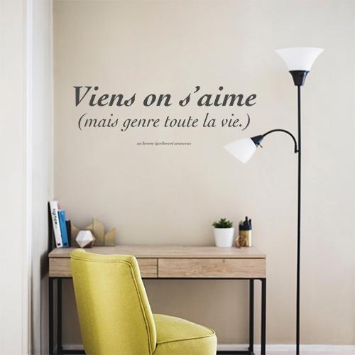 Sticker mural posé au dessus d'un bureau et d'une chaise de la gamme Vient on s'aime