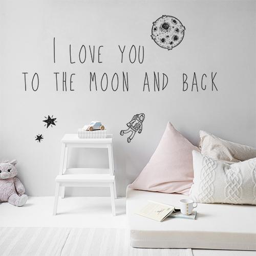 Sticker adhésif I love you citation posé au dessus d'un lit dans une chambre d'enfant