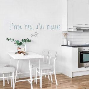 """Sticker citation """"jpeux pas, j'ai piscine"""" collé sur un mur dans une cuisine tendance"""