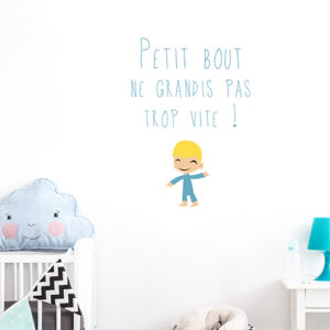 """Sticker """"petit bout ne grandis pas trop vite"""" au dessus d'un lit de petit enfant"""