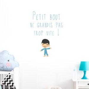 """Sticker mural """"petit bout ne grandis pas trop vite"""" dans un espace pour enfant"""