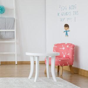 """Sticker mural """"petit bout ne grandis pas trop vite"""" au mur d'un coin enfant"""