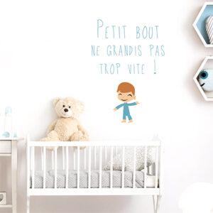"""Sticker """"petit bout ne grandis pas trop vite"""" au dessus d'un lit de bébé"""
