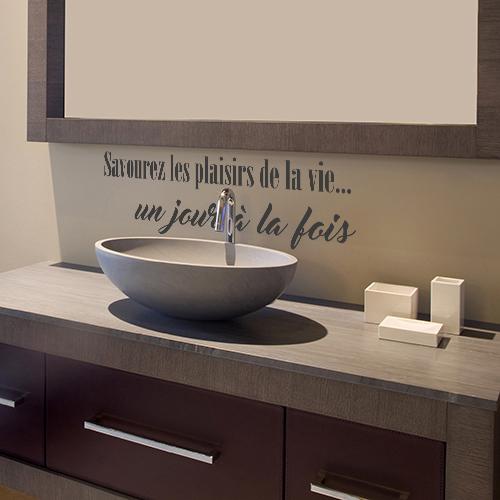 Sticker autocollant adhésif savourez les plaisirs de la vie collé au mur d'une salle de bain