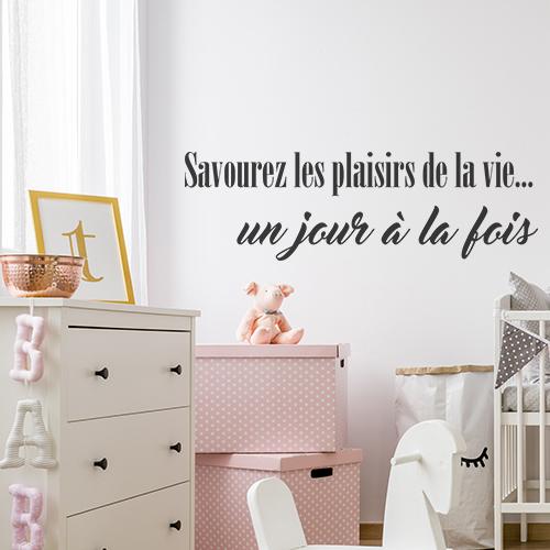 Chambre pour bébé décoré avec un sticker savourez les plaisirs de la vie