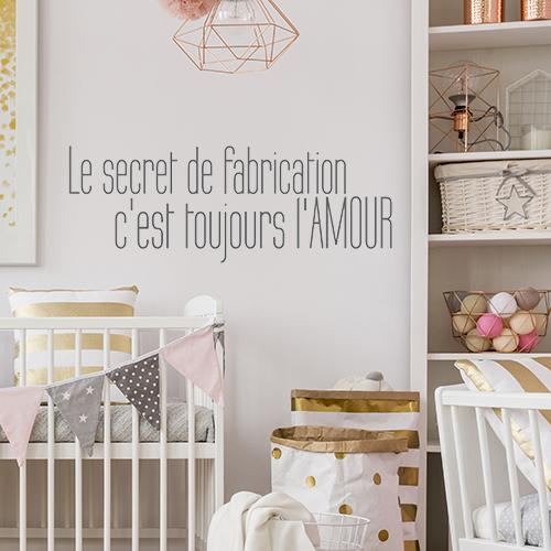 Chambre pour bébé avec un sticker citation mignonne le secret de fabrication collé au mur