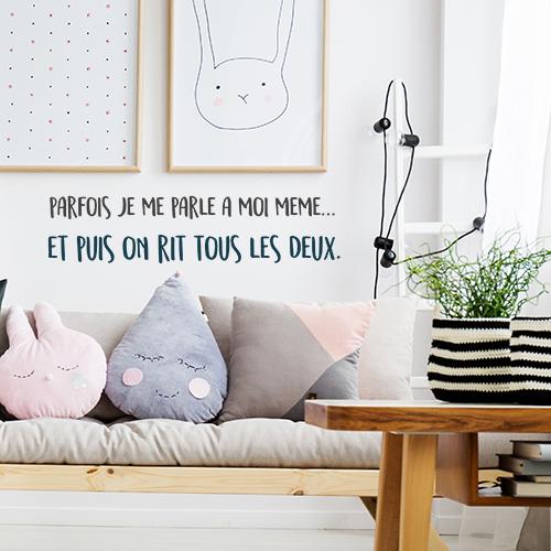 Salon cozy et décoré avec un sticker citation originale Parfois je me parle à moimême