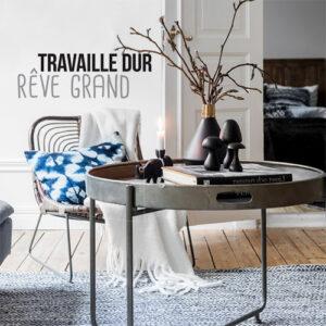 Sticker déco autocollant motivant travailler dur collé dans une pièce à vivre moderne et décorée