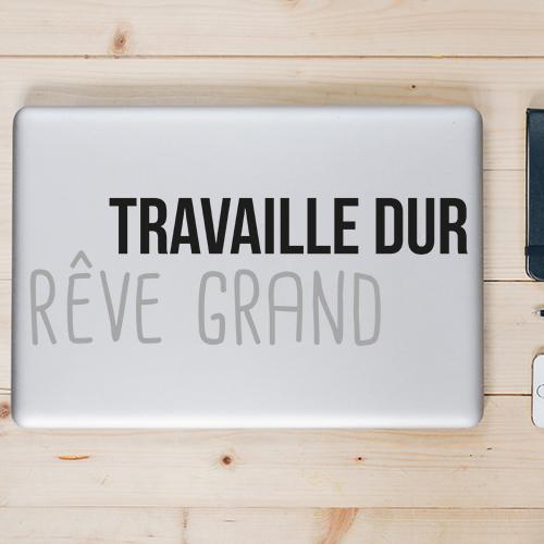 Ordinauteur portable décoré avec un sticker motivant Travaille dur