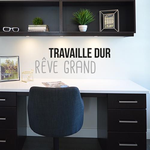 Bureau moderne décoré avec un sticker citation motivant Travaille dur rêve grand