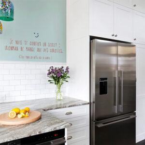 Cuisine moderne décorée avec un sticker mural citation super-héros pour enfant IronMan