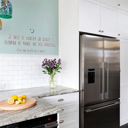Cuisine moderne décorée avec un sticker mural citation Je vais te confier un secret IronMan