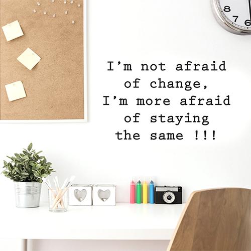 Sticker adhésif mural citation i'm not collé au mur d'un bureau perso