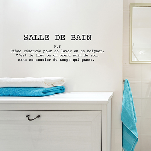 Meuble de salle de bain surplombé d'un sticker autocollant citation définition Salle de bain