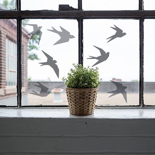 sticker déco de vitres hirondelles sur fenetre devant une plante