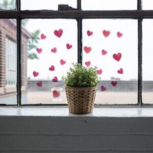 Stickers coeur électrostatique sur fenetre d'un coin cosy pour la Saint Valentin