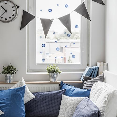 Stickers électrostatiques pour vitres et fenêtres hexagones géométriques bleu sur la fenetre d'un coin repos