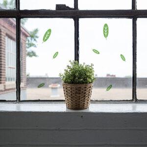 Stickers déco électrostatiques feuilles vertes sur la fenêtre d'un coin cosy