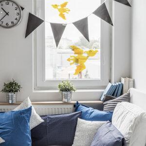 Stickers électrostatiques pour vitre et fenêtres dinosaures volants jaunes sur fenêtre d'une chambre cosy
