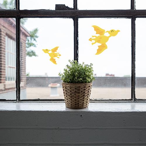 Déco de vitres et miroirs dinosaure volant jaune sur une fenêtre vintage déco électrostatique éphémère.