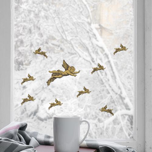 Stickers angelots collés sur une fenêtre