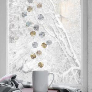 Déco de fêtes aves les Stickers électrostatiques boules de verre argent et dorés collés sur une fenêtre pour Noël et autres fêtes.