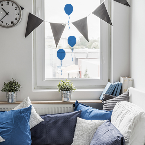 Sticker ballons bleus sur fenetre d'un salon cosy