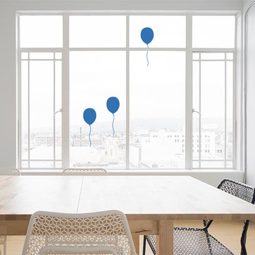 Déco de vitres pour un anniversaire, ballons bleux électrostatiques pour vitres et surfaces vitrées.