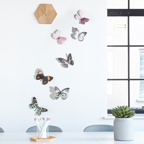 Sticker autocollant Papillons réalistes sur un mur blanc avec une horloge marron