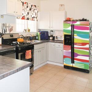 """Autocollant """"A table"""" apposé sur réfrigérateur américain dans cuisine équipée"""