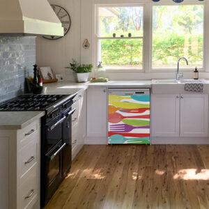 """Autocollant """"A table"""" sur lave-vaisselle dans cuisine lumineuse"""