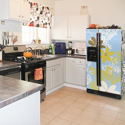 Réfrigérateur américain dans cuisine équipée avec sticker
