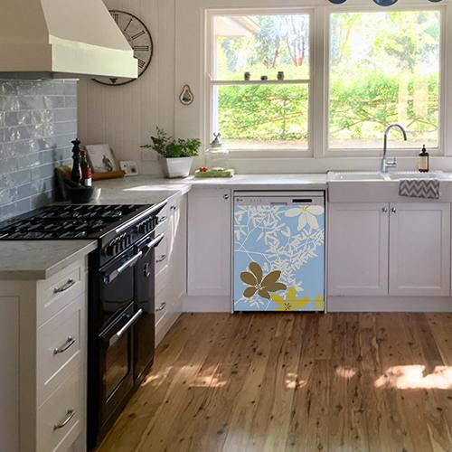 Lave-vaisselle dans cuisine équipée avec sticker