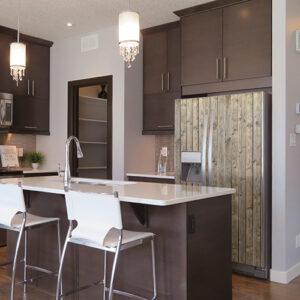 """Réfrigérateur américain avec autocollant """"bois vertical"""" dans cuisine moderne"""