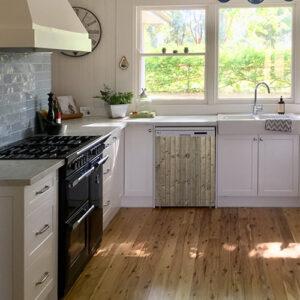 """Lave-vaisselle dans cuisine lumineuse avec autocollant """"bois vertical"""""""