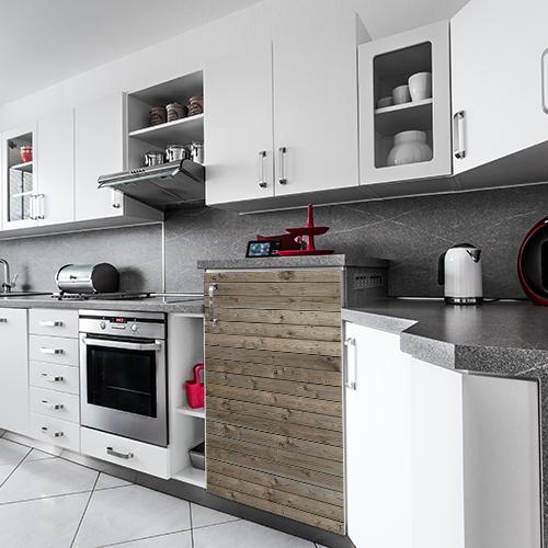 Mini réfrigérateur dans cuisine équipée avec sticker